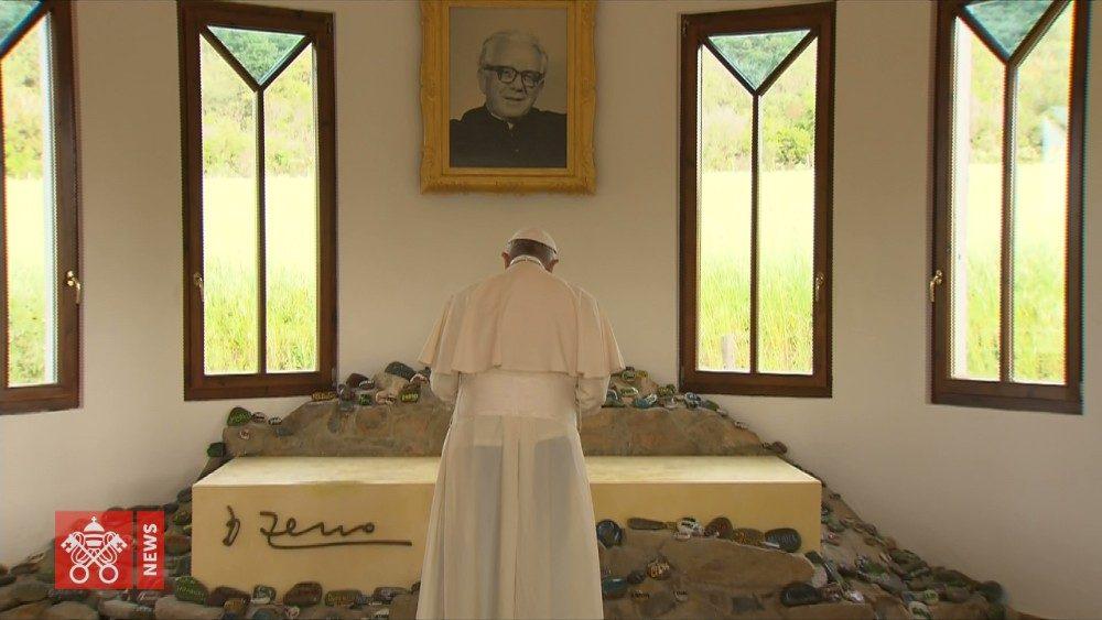El Papa reza en la tumba de Don Zeno Saltini © Vatican News