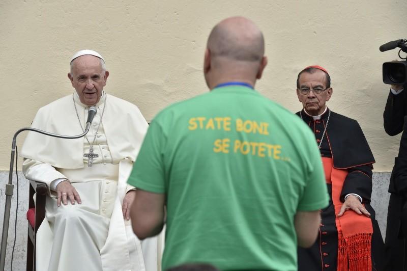 El Papa escuchando a los fieles del Santísimo Sacramento, en Roma © Vatican Media