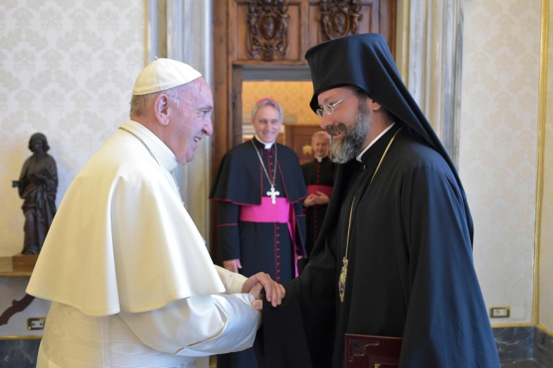 Francisco con uno de los representantes del Patriarcado Ecuménico de Constantinopla © Vatican Media