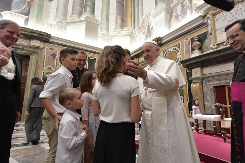 Francisco bendice a una familia © Vatican Media
