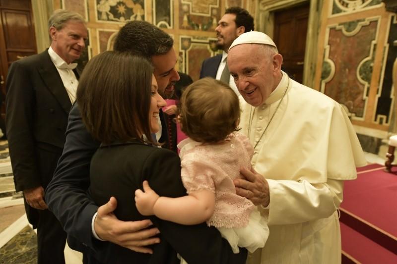 El Papa bendice a una familia © Vatican Media