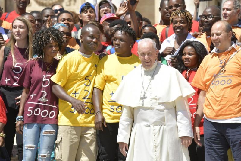El Papa con un grupo de jóvenes en la audiencia general © Vatican Media