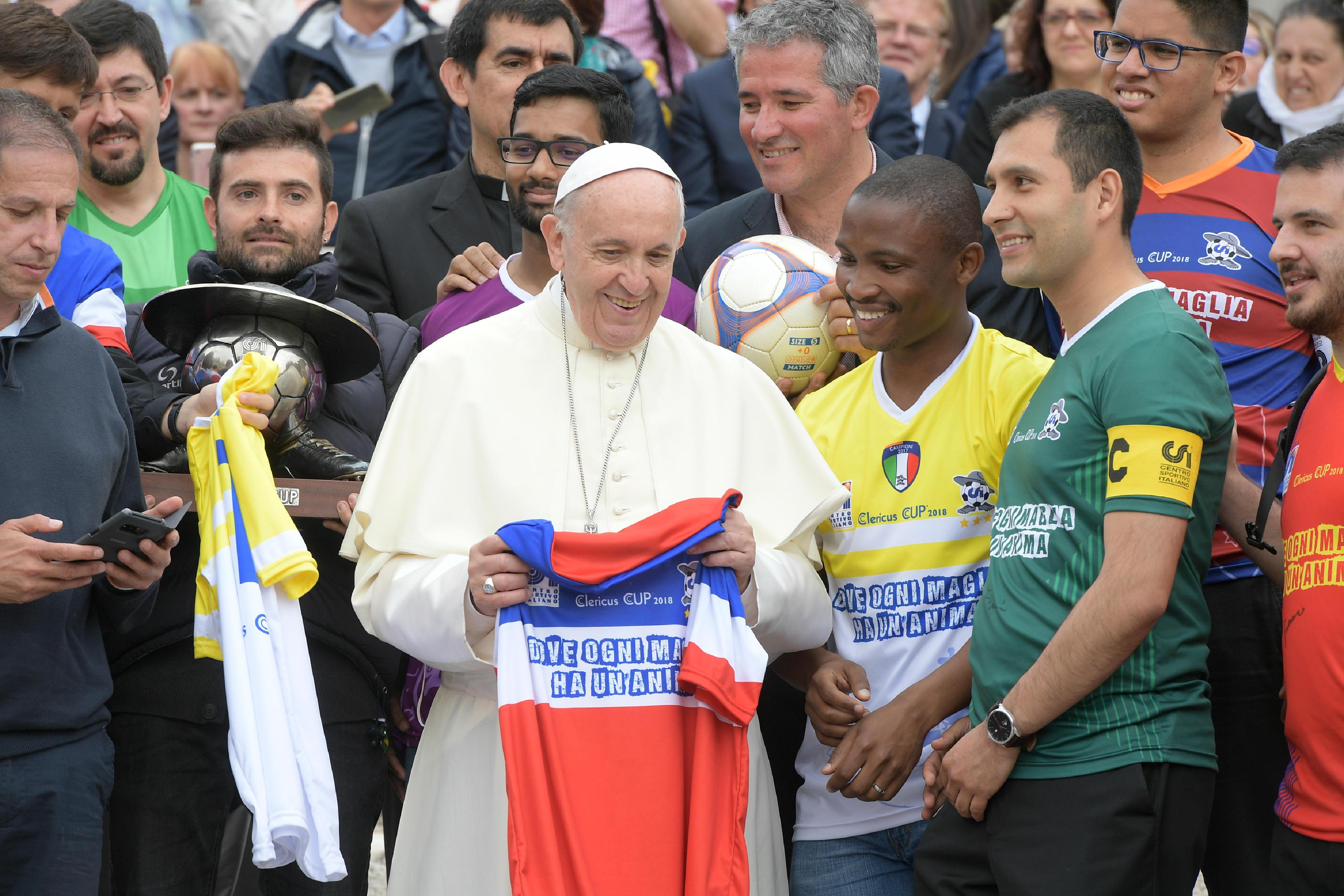 El Papa con algunos jugadores de la Clericus CUP © Vatican Media