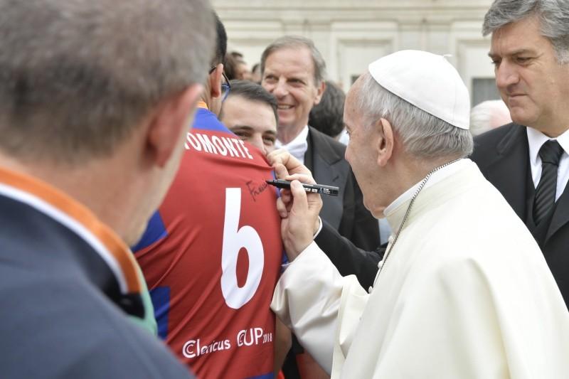 El Papa Francisco firma en la camiseta de un futbolista © Vatican Media