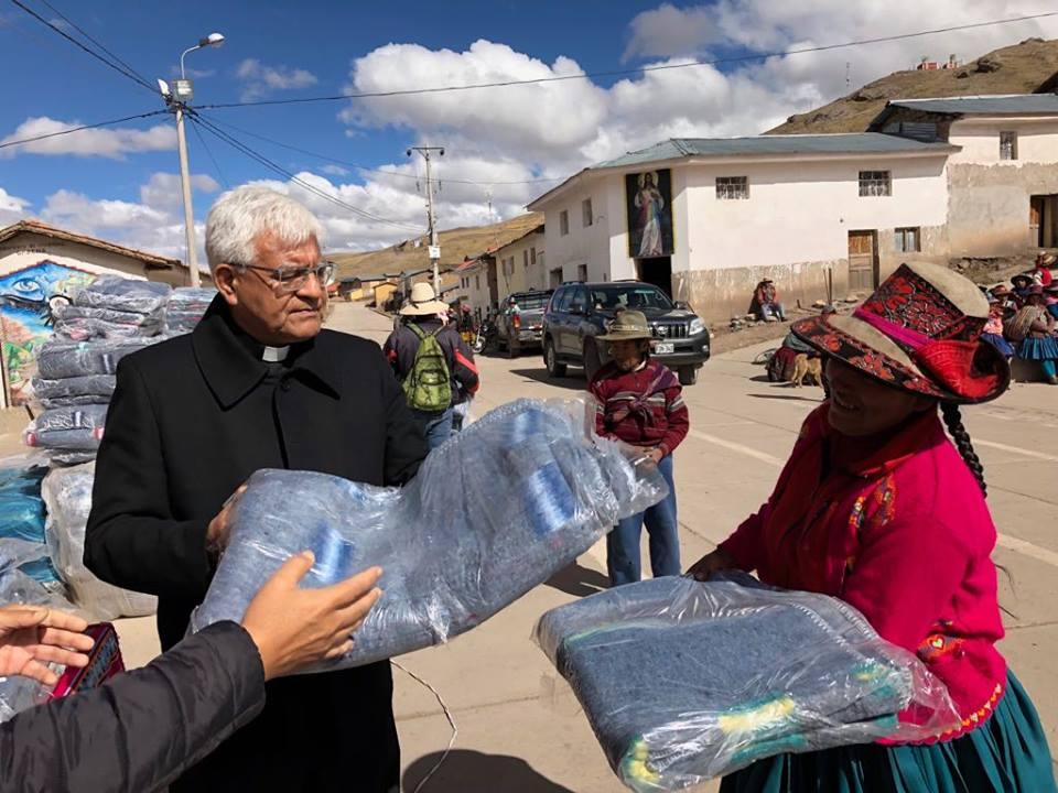 El Presidente del Episcopado Peruano repartió mantas © Conferencia Episcopal Peruana