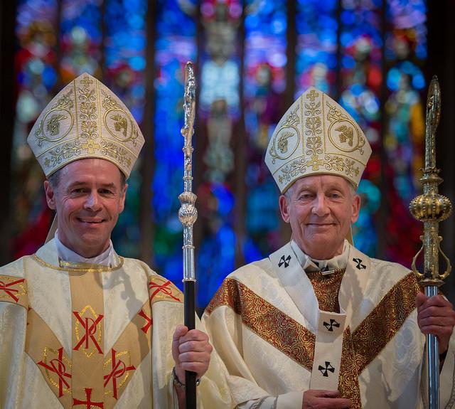 Mons. Paul James Mason (izda) con el Arzobispo Peter Smith © Archidiócesis de Southwark