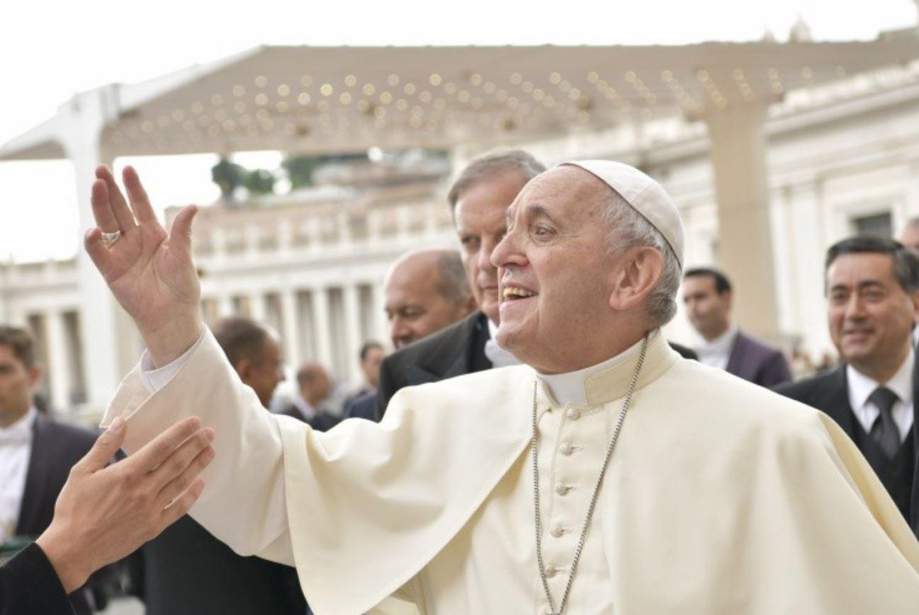 El Papa saluda a la gente © Vatican Media