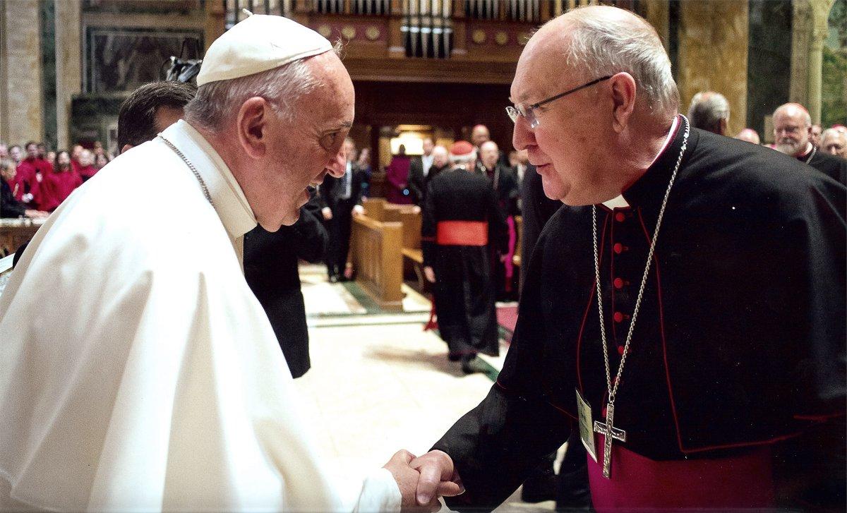 El Cardenal Kevin Farrell saluda al Papa Francisco. Archivo Zenit