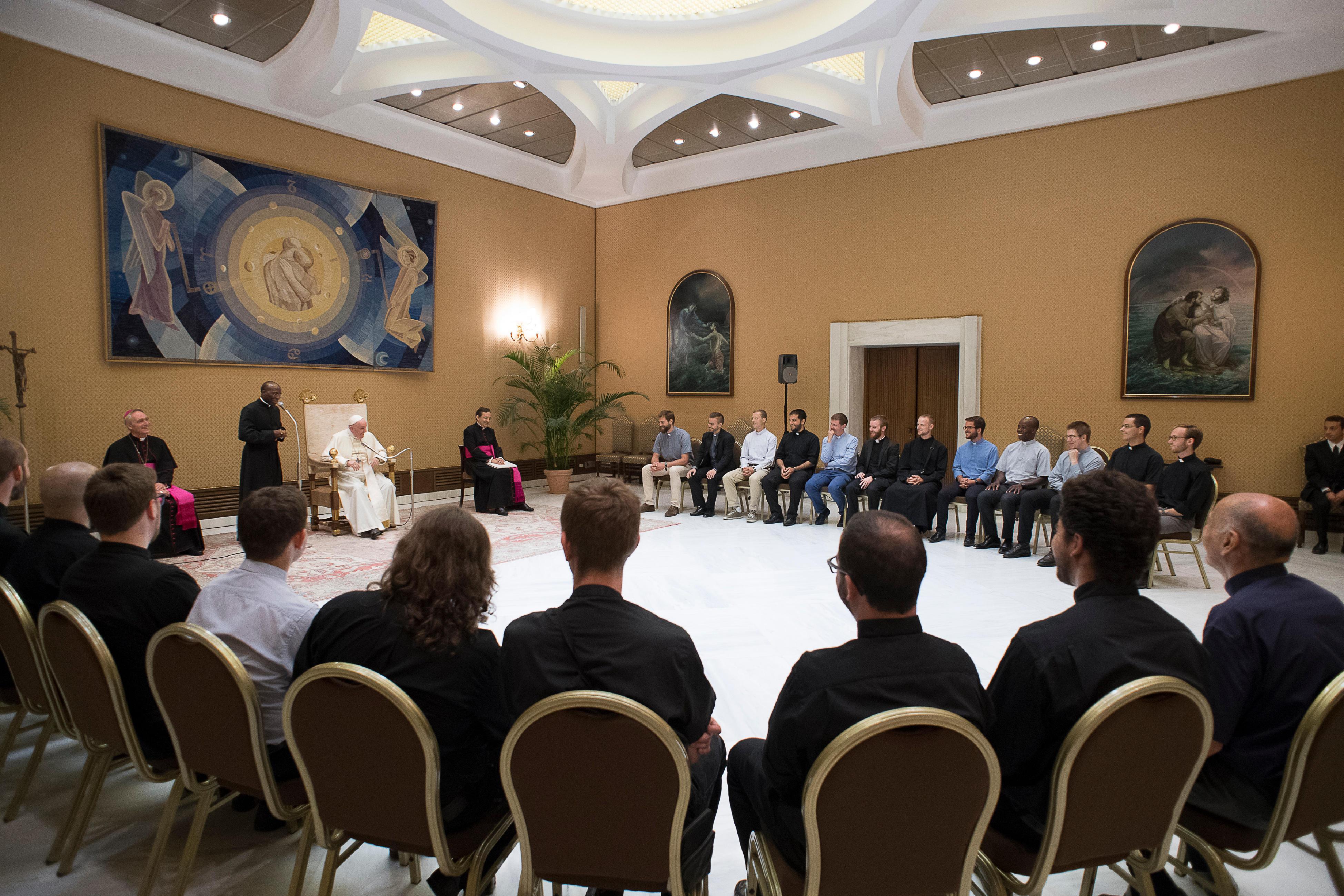 Jóvenes jesuitas escuchan atentos al Papa Francisco © Vatican Media