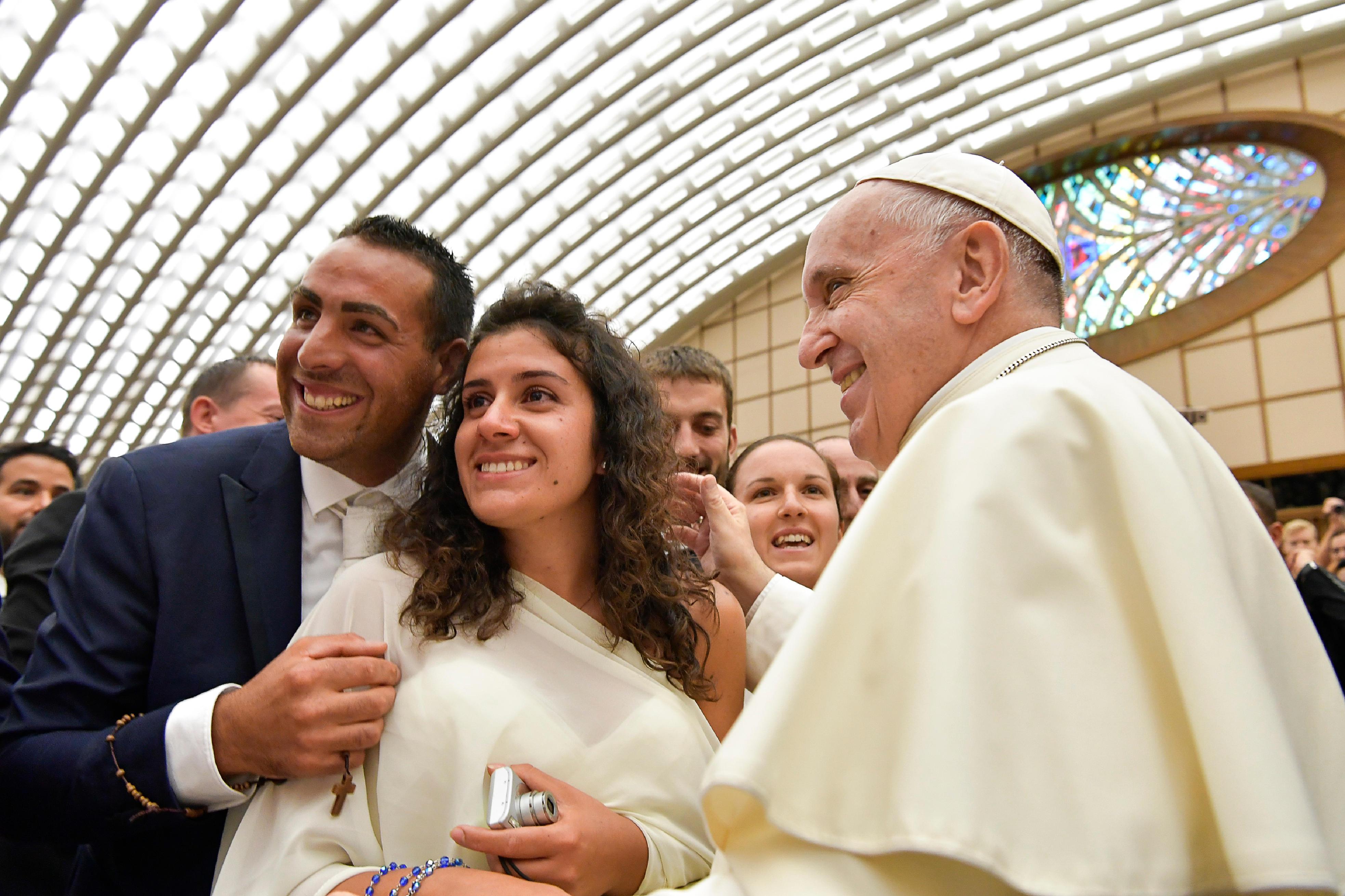 El Santo Padre saluda a una pareja de recién casados © Vatican Media