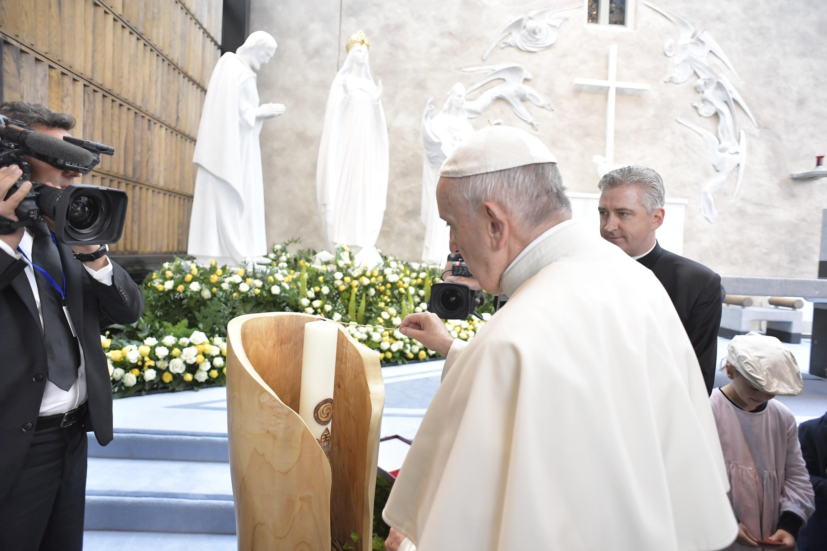 Francisco reza ante la Virgen de Knock, en Irlanda © Vatican Media