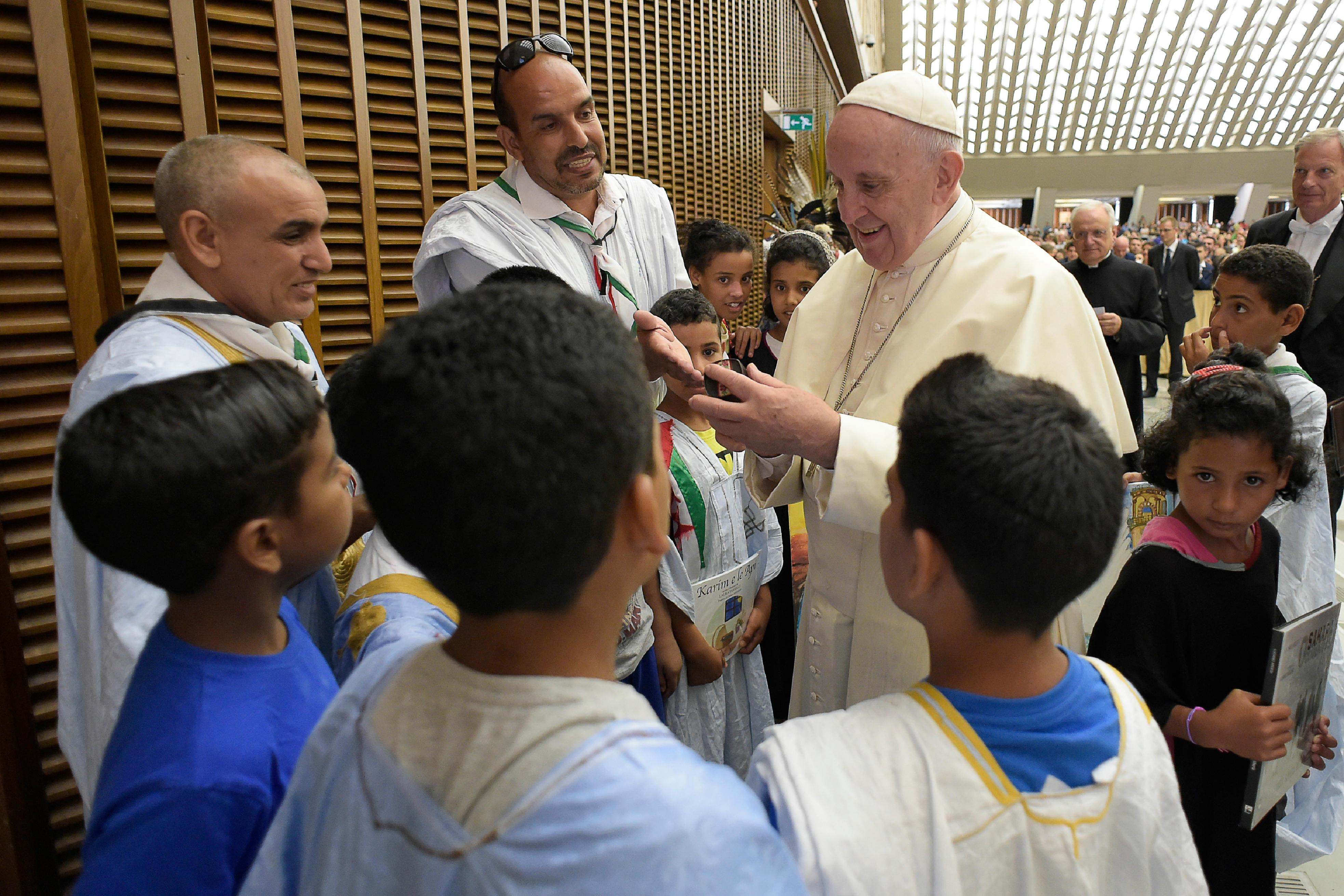 Francisco saluda a un grupo de niños © Vatican Media