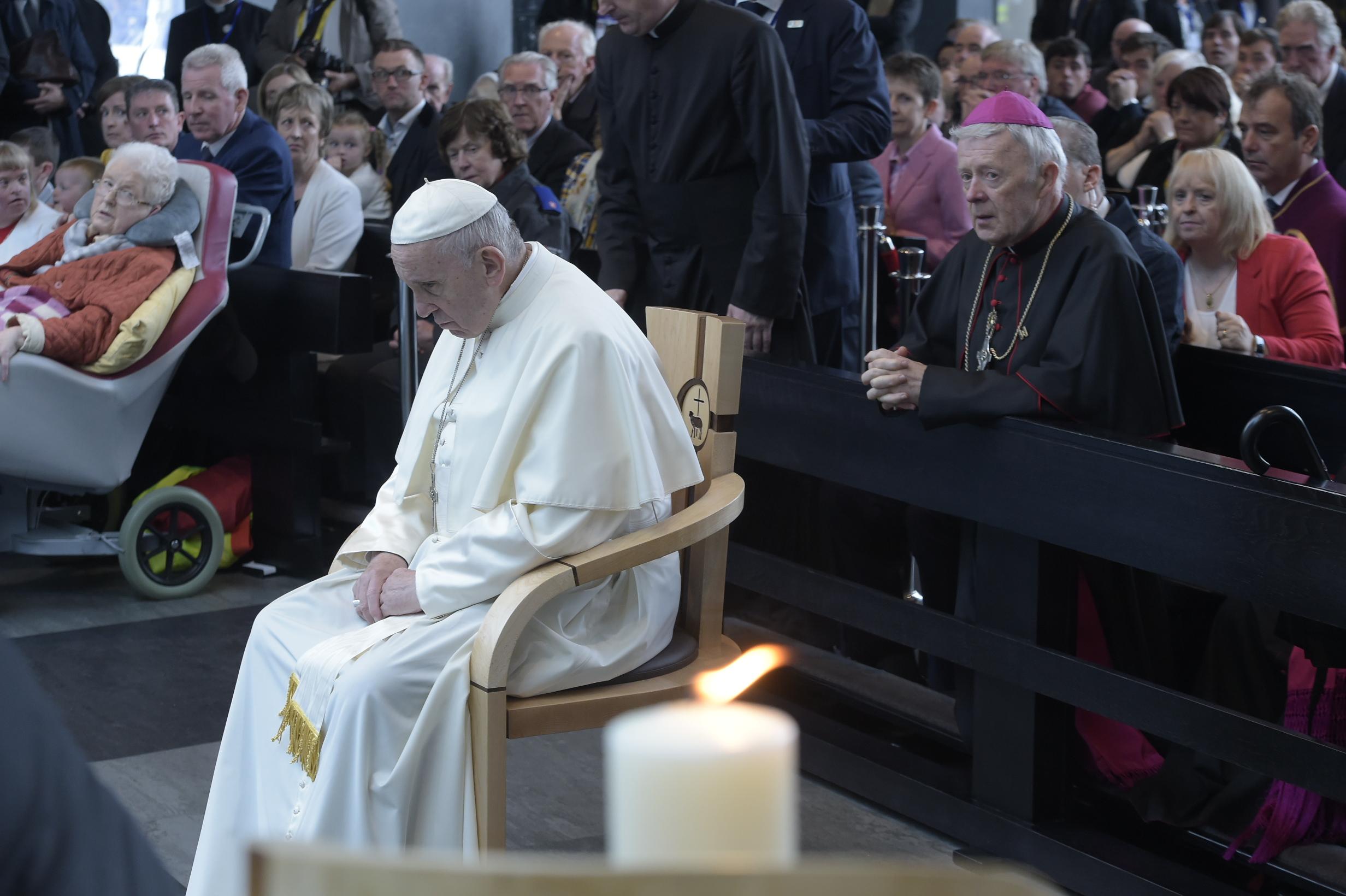 El Papa recogido en oración en su visita a Irlanda © Vatican Media