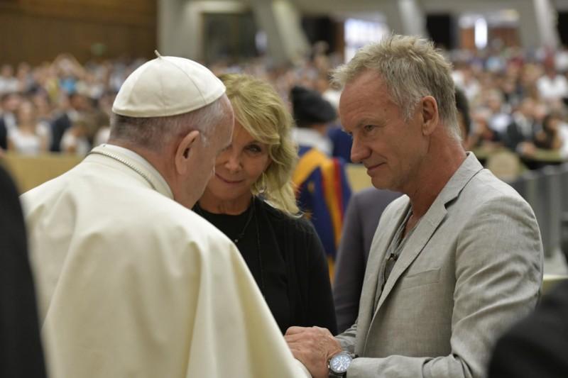 Su Santidad saludó a Sting y a su mujer © Vatican Media