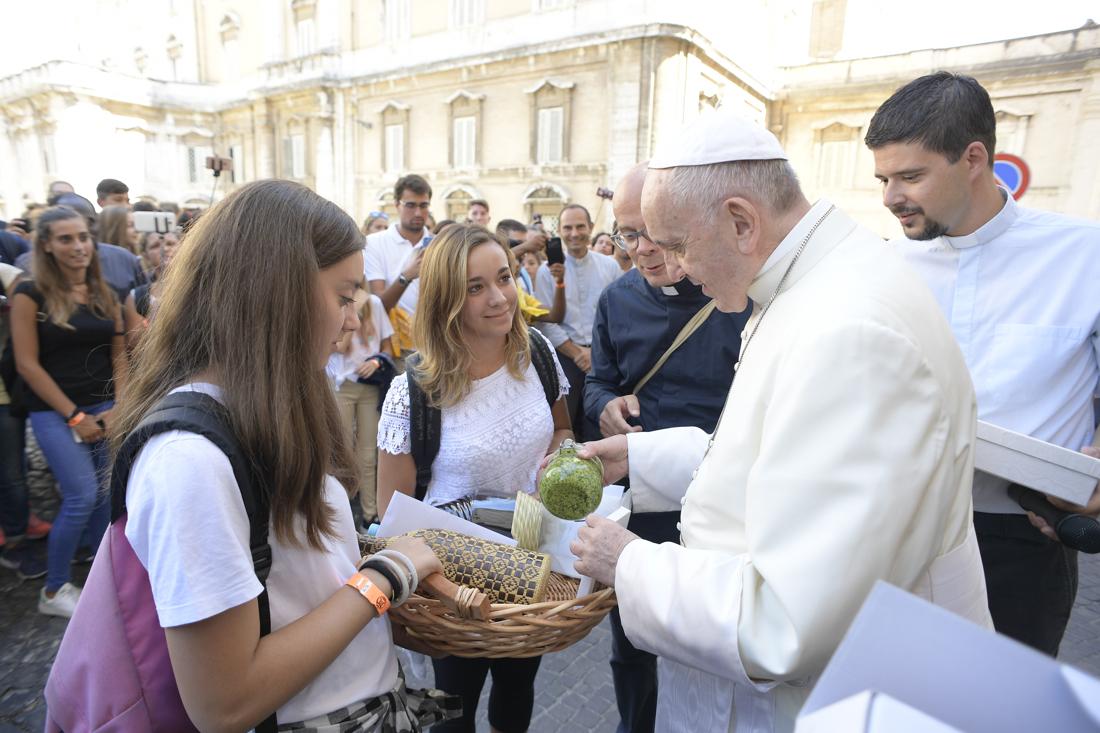 """Unas chicas ofrecen al Papa """"pesto"""" italiano © L´Osservatore Romano"""