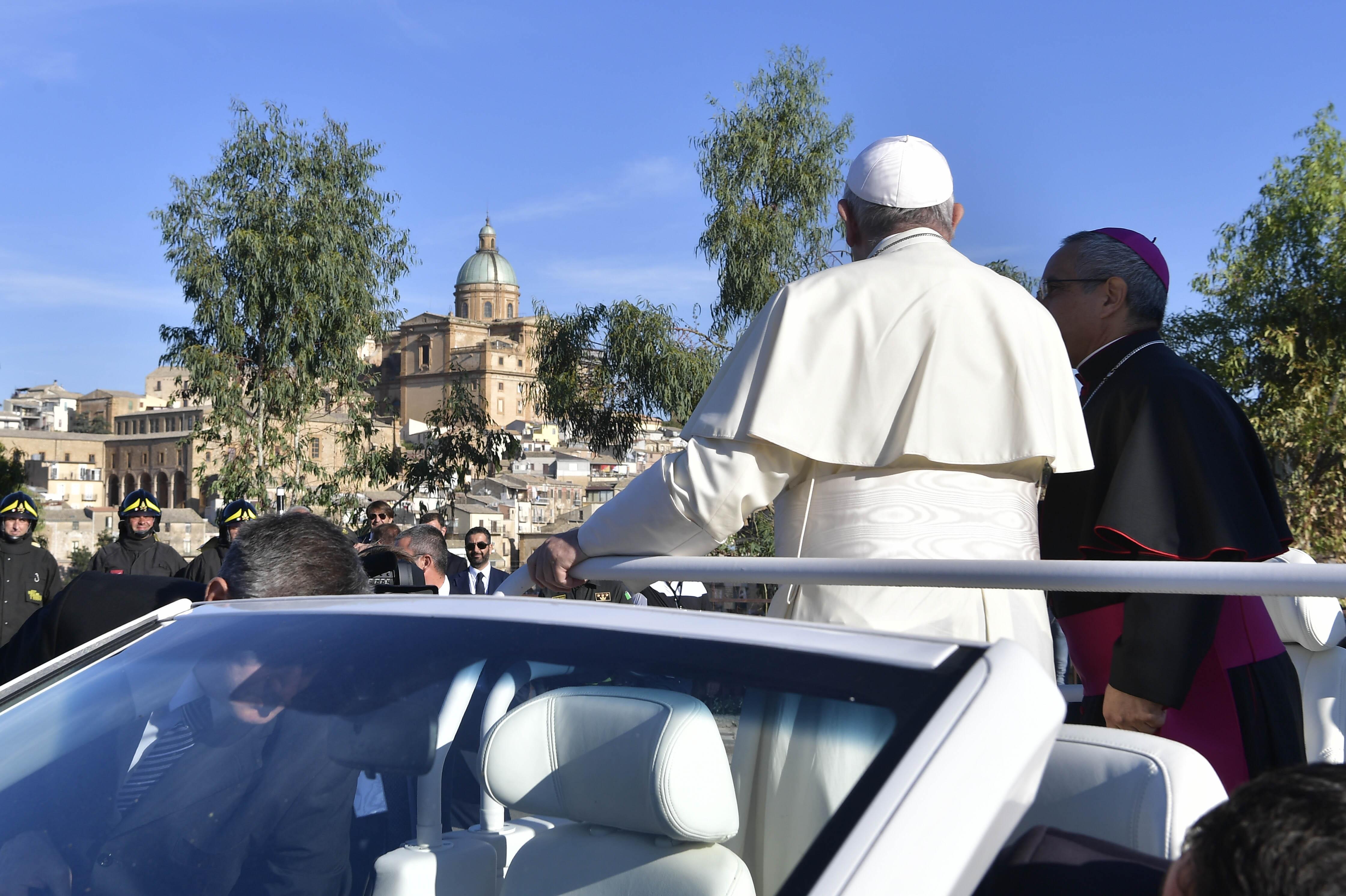 Francisco llega a Piazza Armerina, en Sicilia © Vatican Media
