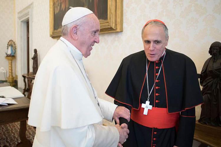 Francisco saluda al Card. Daniel DiNardo © Laicos Unidos en Cristo
