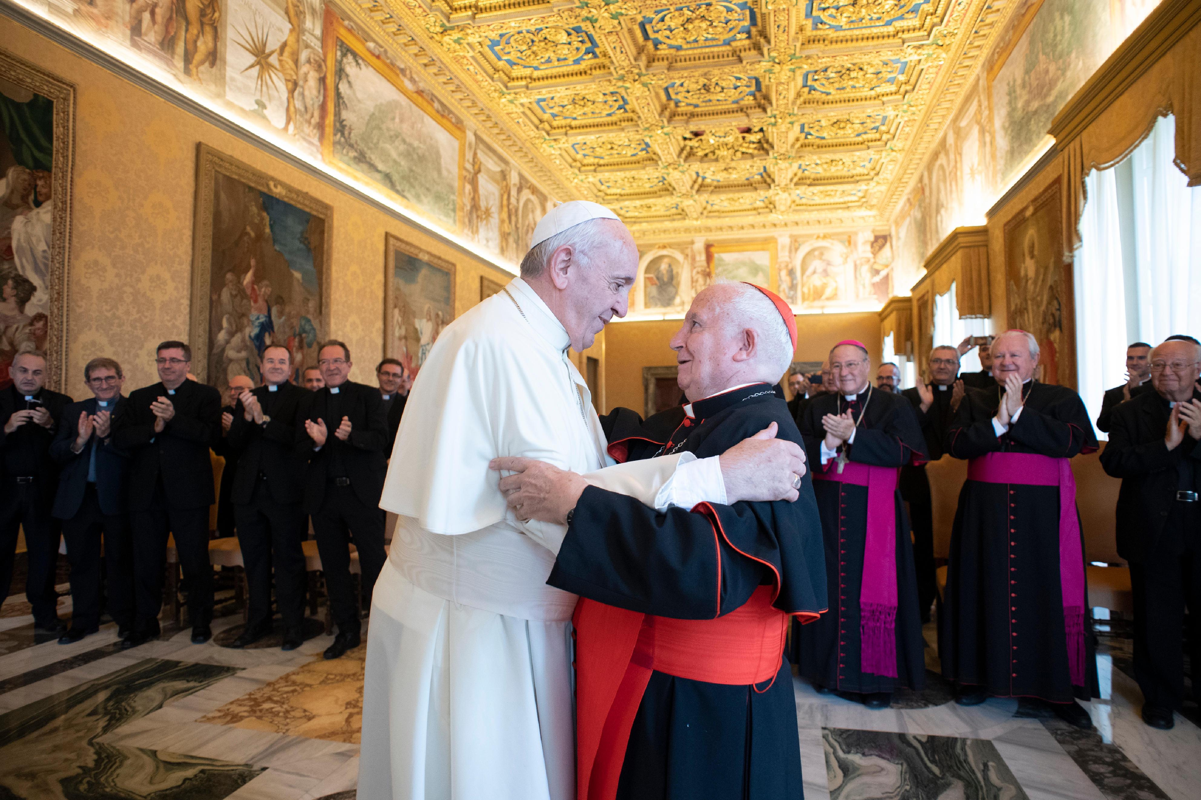 Mons Cañizares abrazo con el Papa © Vatican Media
