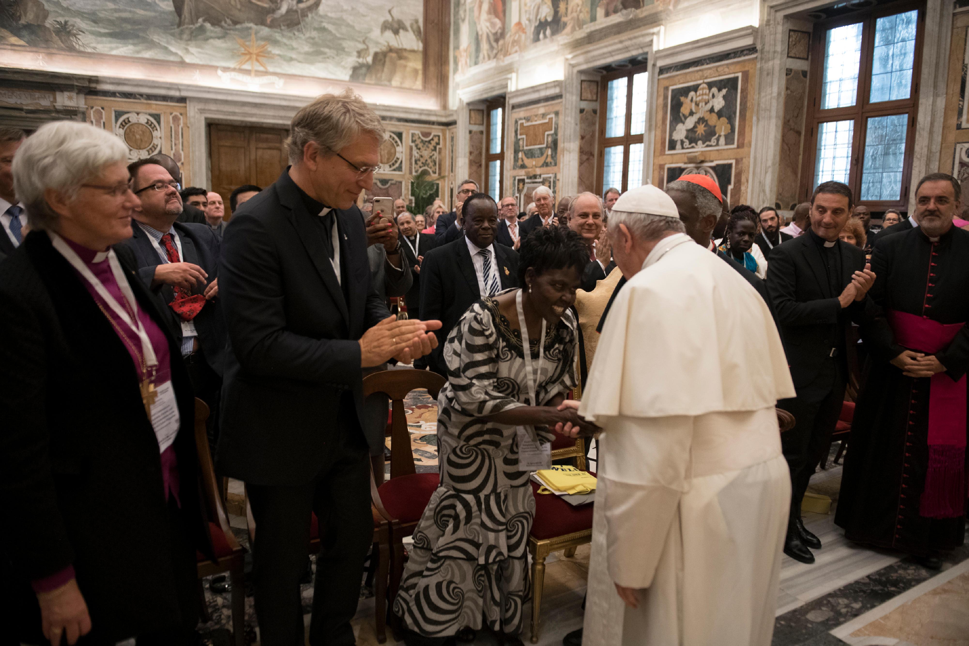 El Papa saluda a los participantes en la Conferencia sobre xenofobia y racismo © Vatican Media