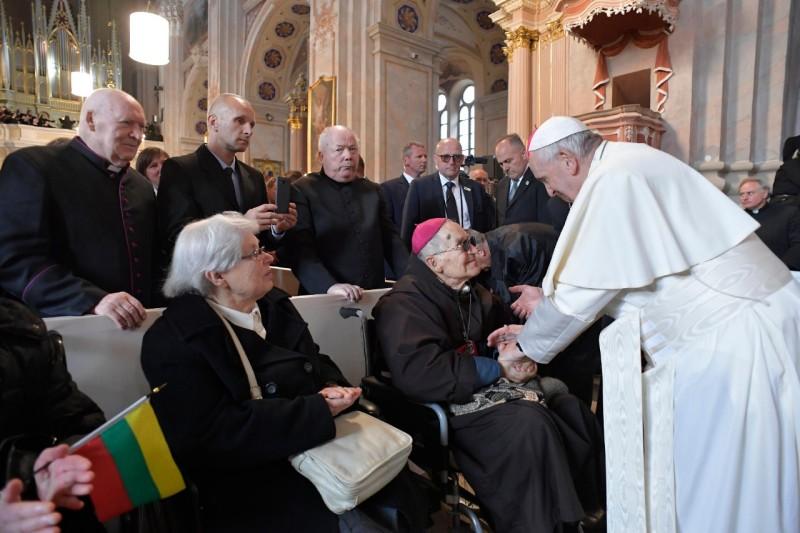 El Papa Francisco saluda al obispo más mayor de Lituania, de 98 años © Vatican Media