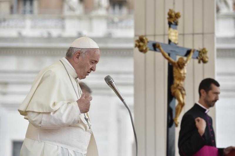 El Papa Francisco ora en silencio © Vatican Media