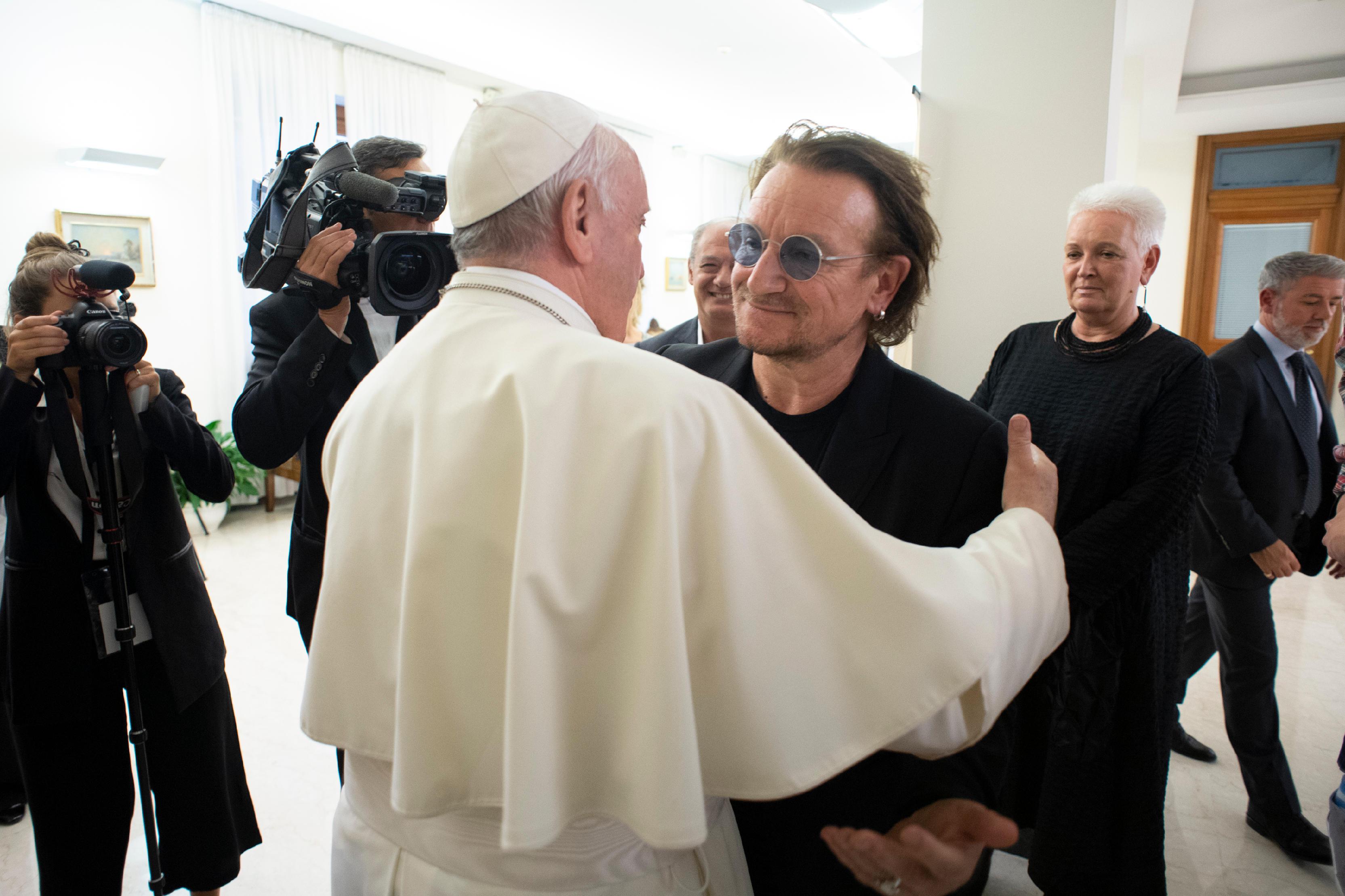Francisco abraza a Bono Vox, cantante de U2 © Vatican Media
