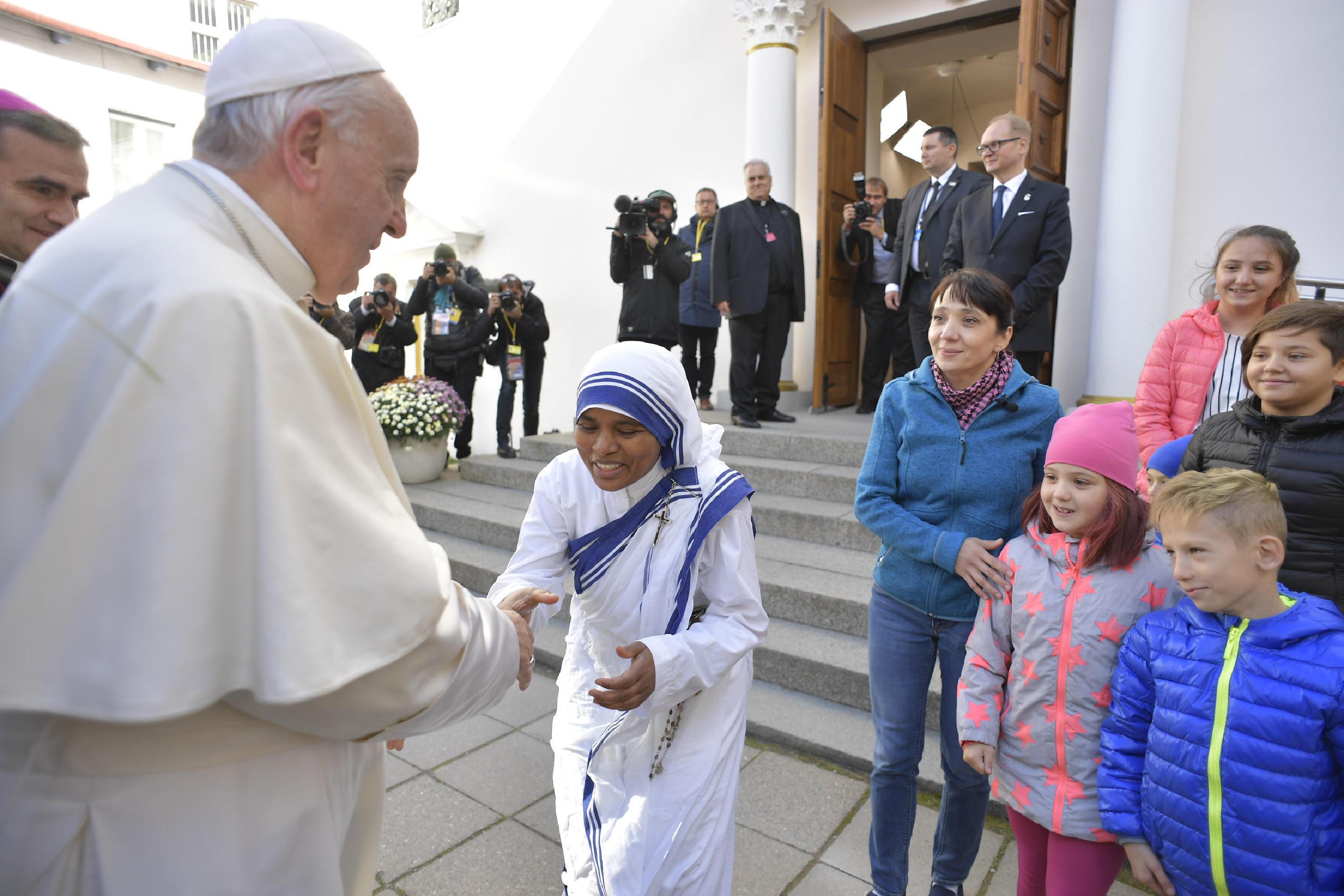 Una misionera de la Caridad saluda al Papa en Estonia © Vatican Media