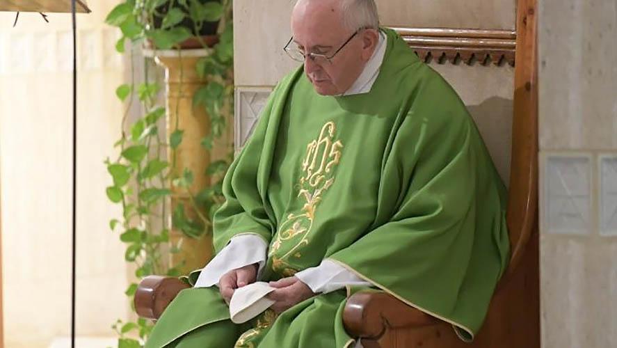 El Papa orando durante la Misa en Santa Marta © Vatican Media