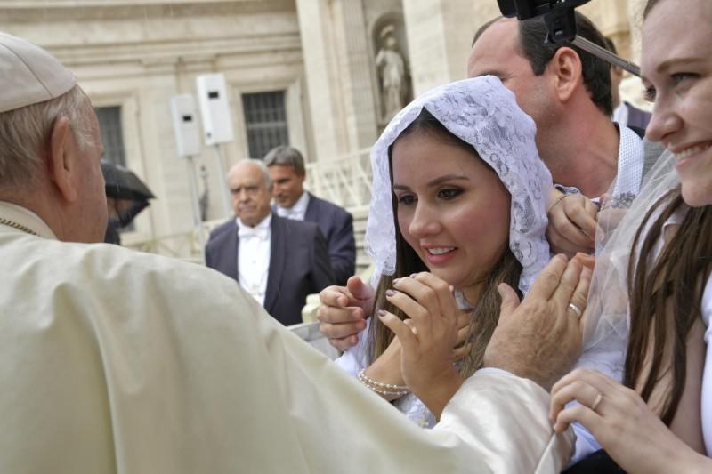 Francisco bendice a una joven © Vatican Media