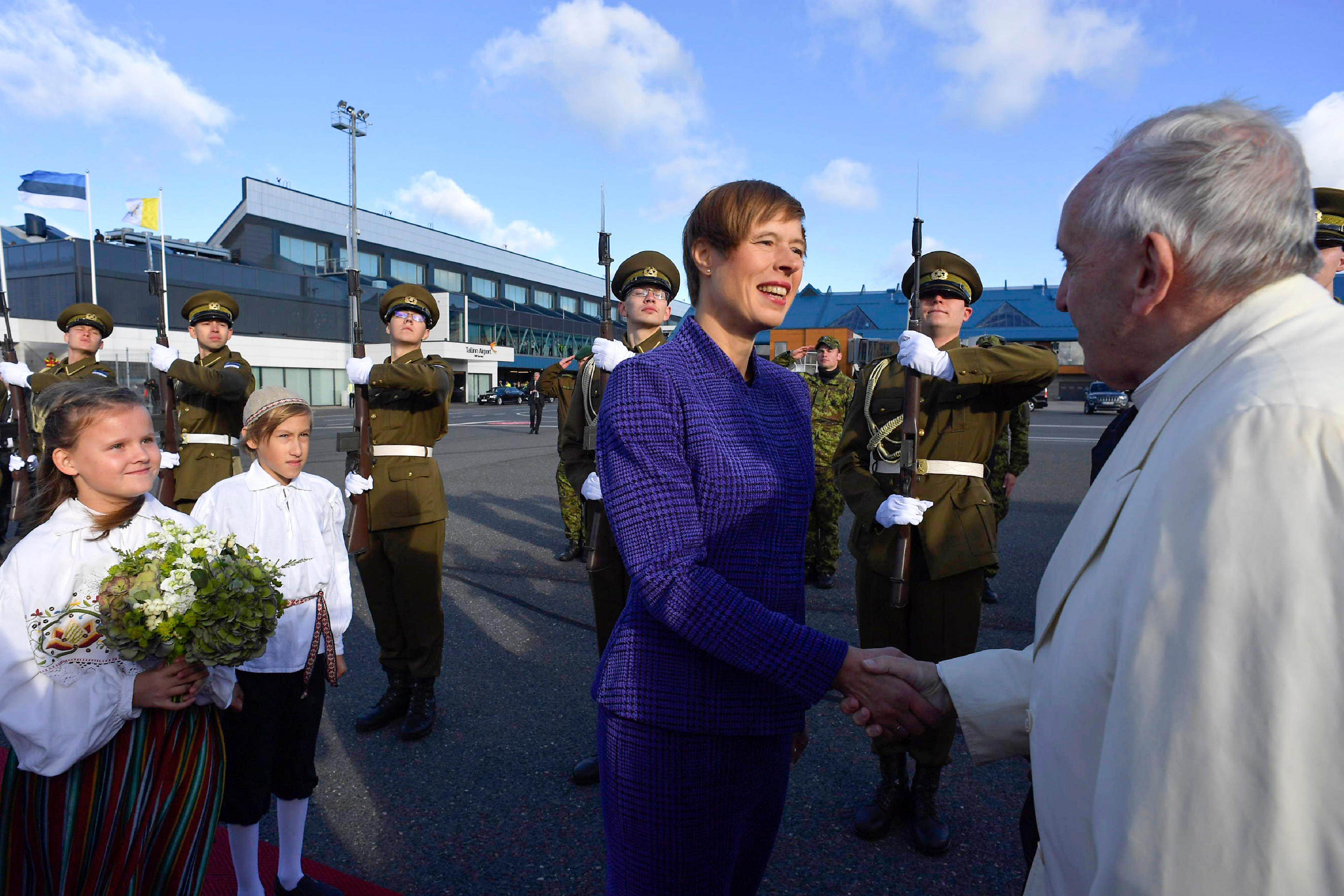 Francisco llega a Estonia, donde le recibe la presidenta Kersti Kaljulaid © Vatican Media