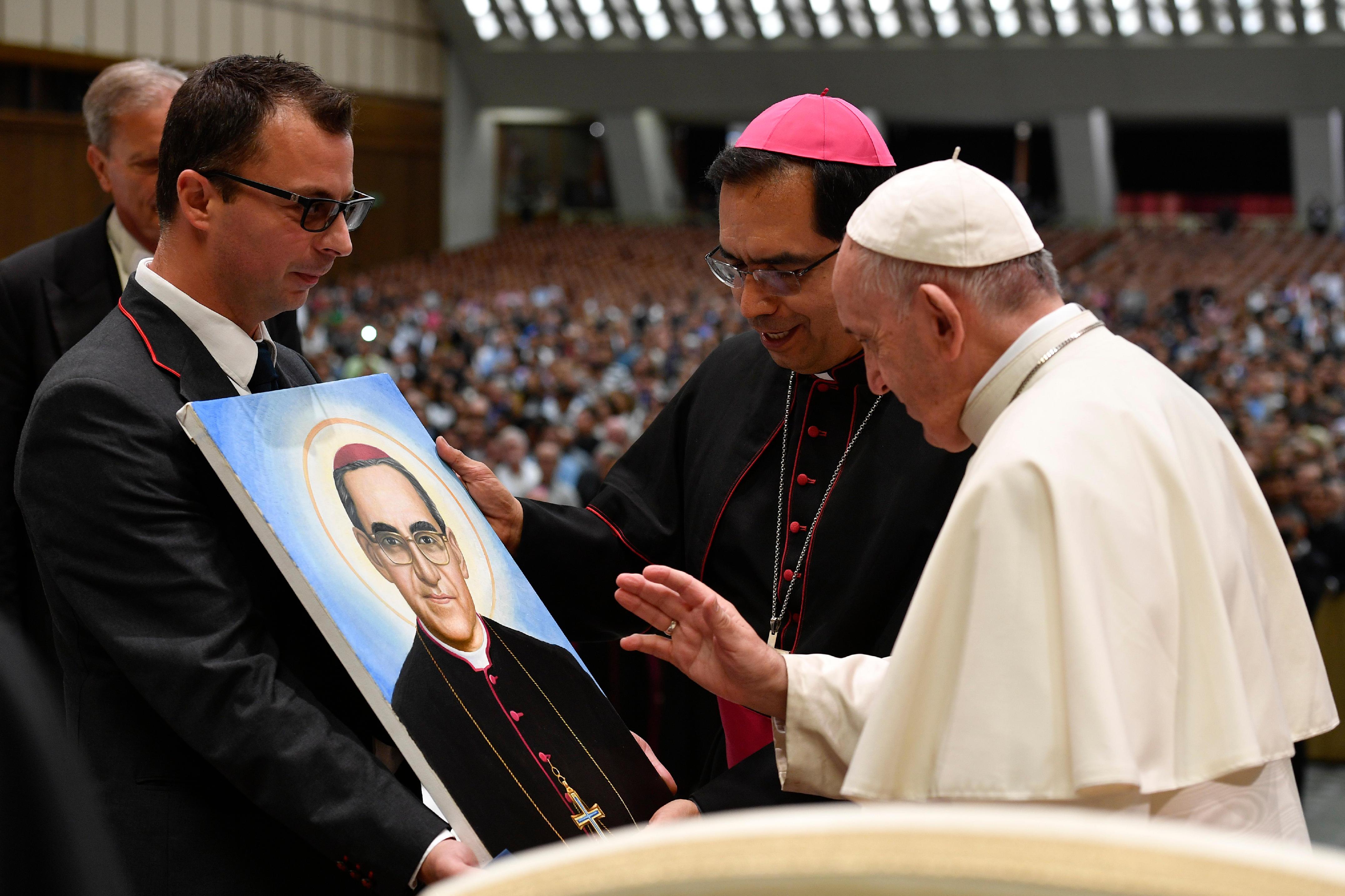 El Papa bendice la imagen de Óscar Romero © Vatican Media