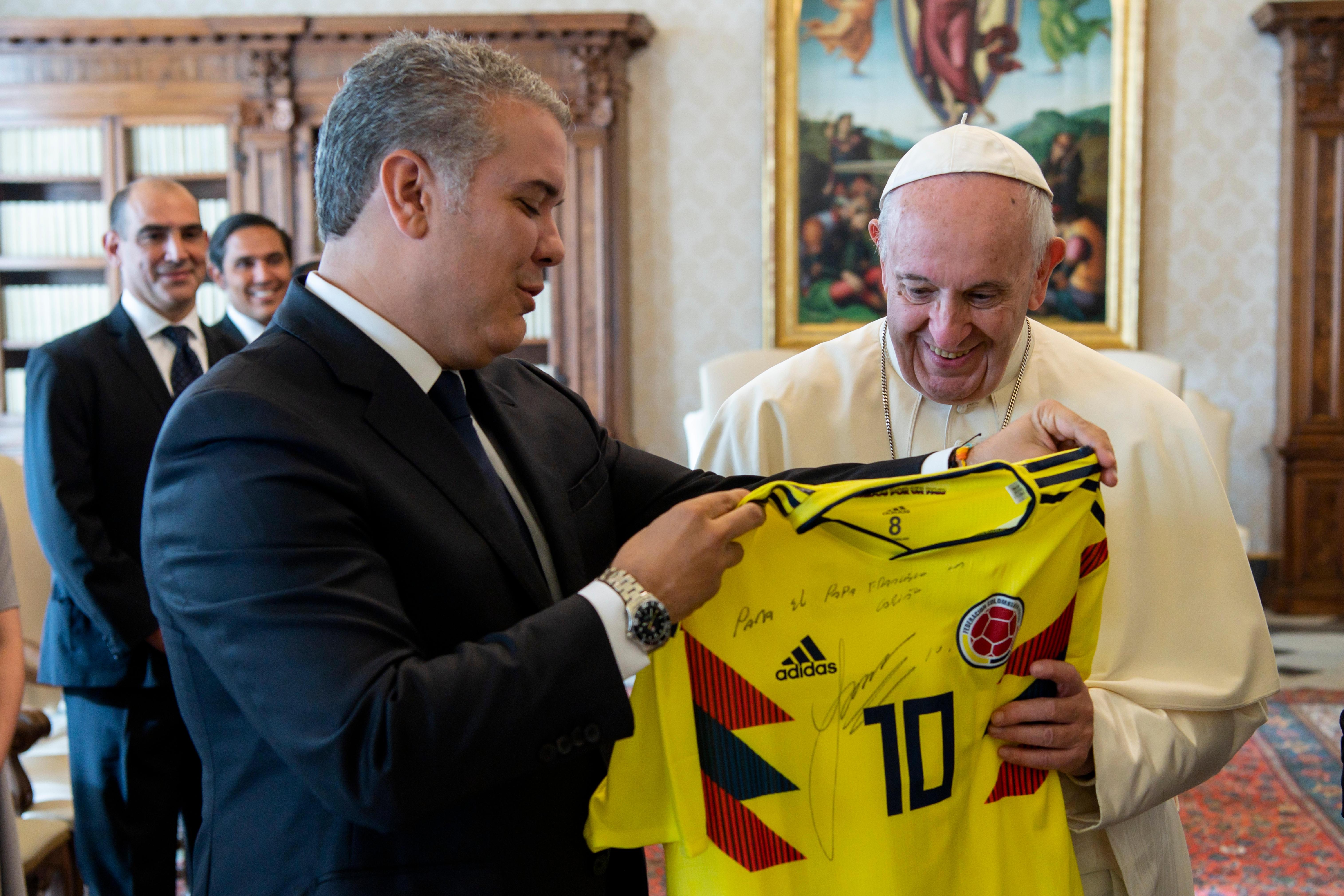El Presidente de Colombia ha regalado al Papa una camiseta de la selección de fútbol firmada © Vatican Media