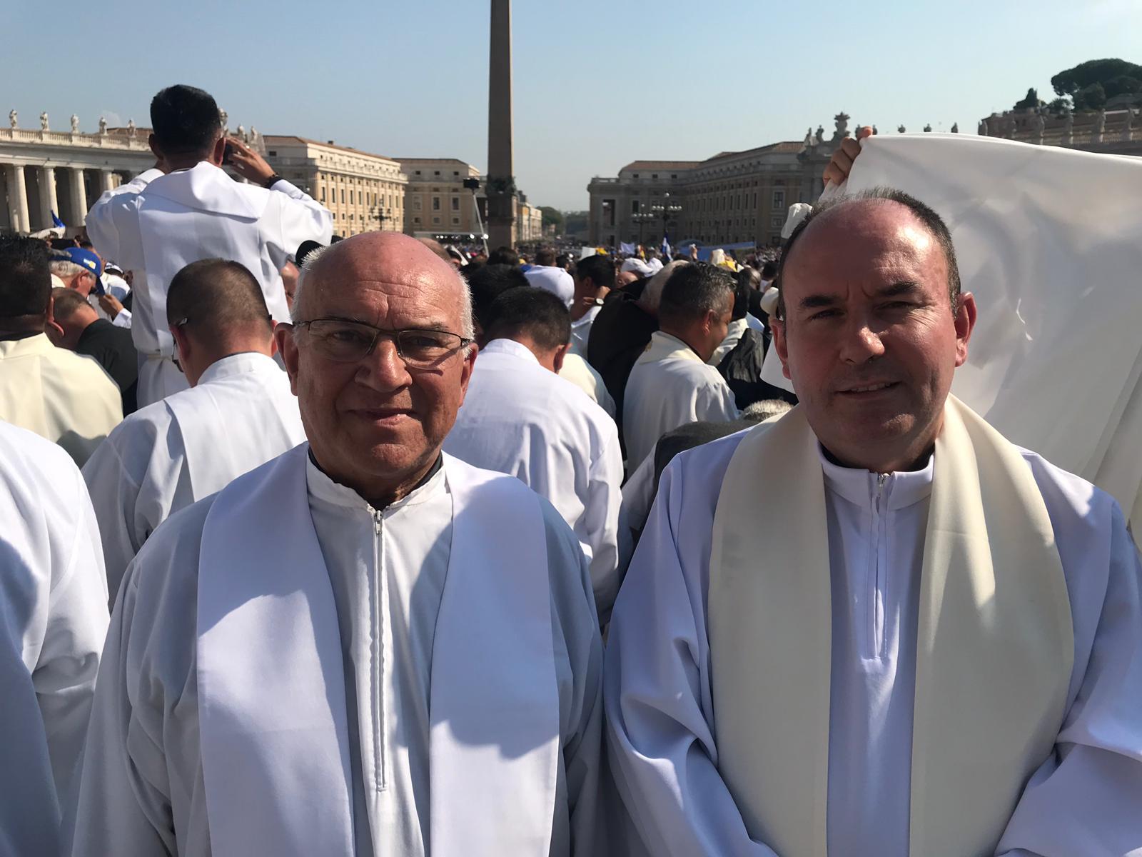 P. Ángel Camino, y el nuevo párroco del templo, P. Juan Manuel Rilo Naya © Archidiócesis de Madrid