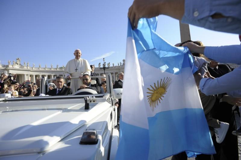 Fieles argentinos saludan al Papa © Vatican Media