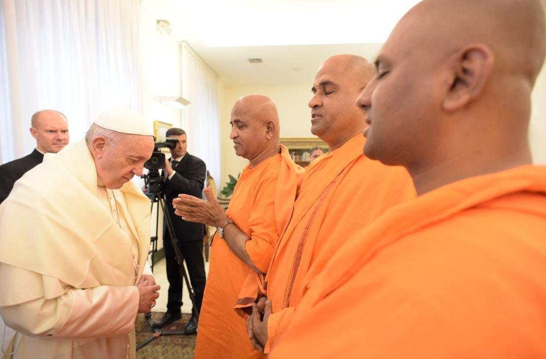 El Papa saluda a una delegación de monjes budistas © Vatican Media