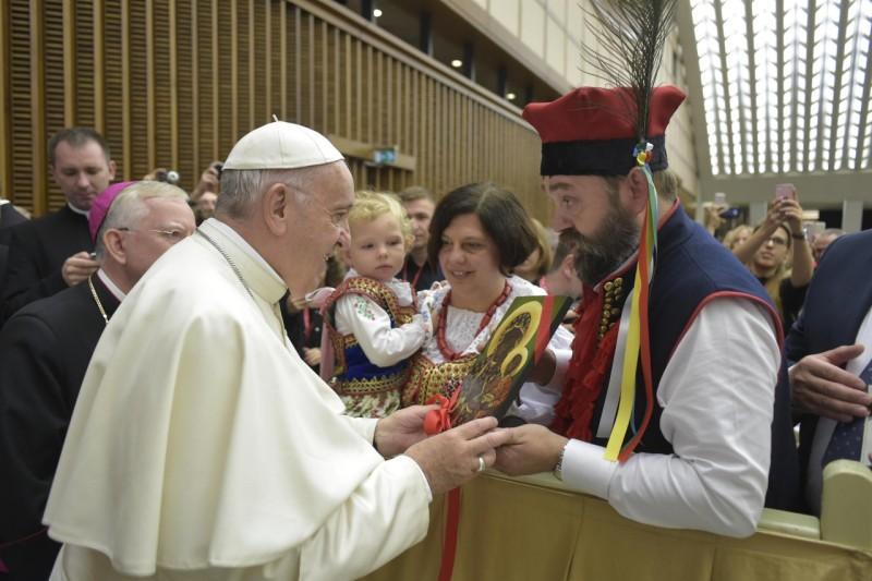 El Papa saluda a los peregrinos de Cracovia © Vatican Media
