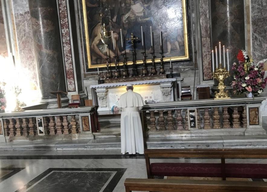 Francisco en oración ante la tumba de San Juan Pablo II © Vatican Media