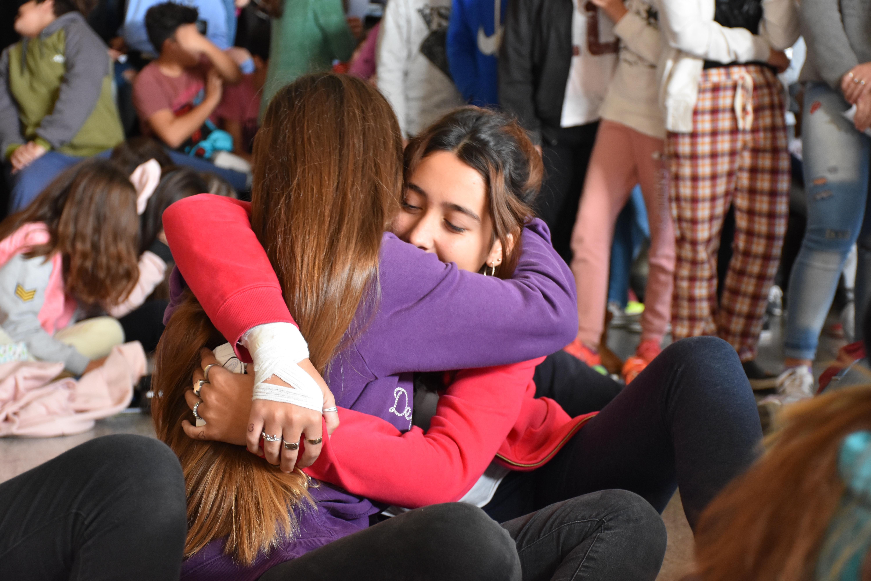 Dos chicas jóvenes se abrazan © Cathopic