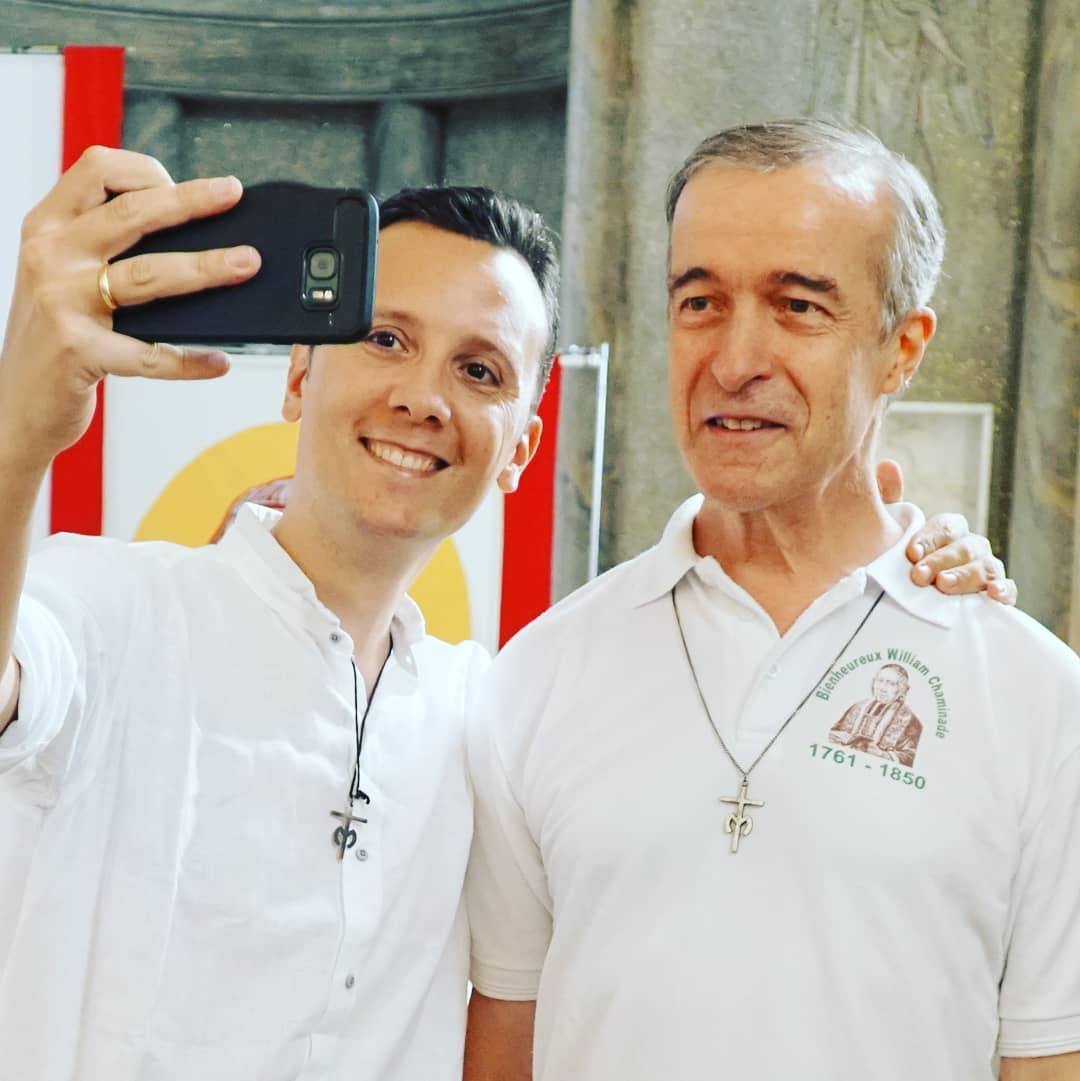 Un joven se toma un selfie con el padre André Fétis© Marianistas