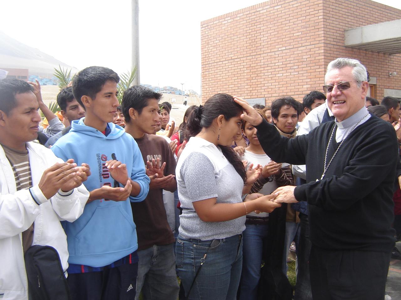 Mons. Irízar Campos bendice a unos jóvenes © Esther Núñez Balbín