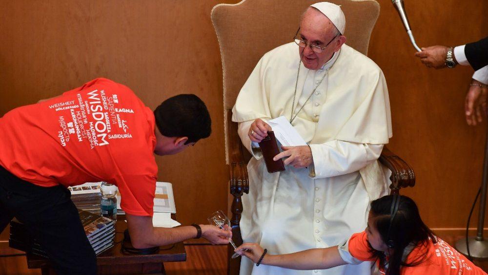 Papa ha dialogado con jóvenes y mayores © Vatican Media