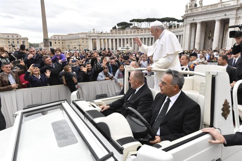 Francisco saluda desde el papamóvil © Vatican Media