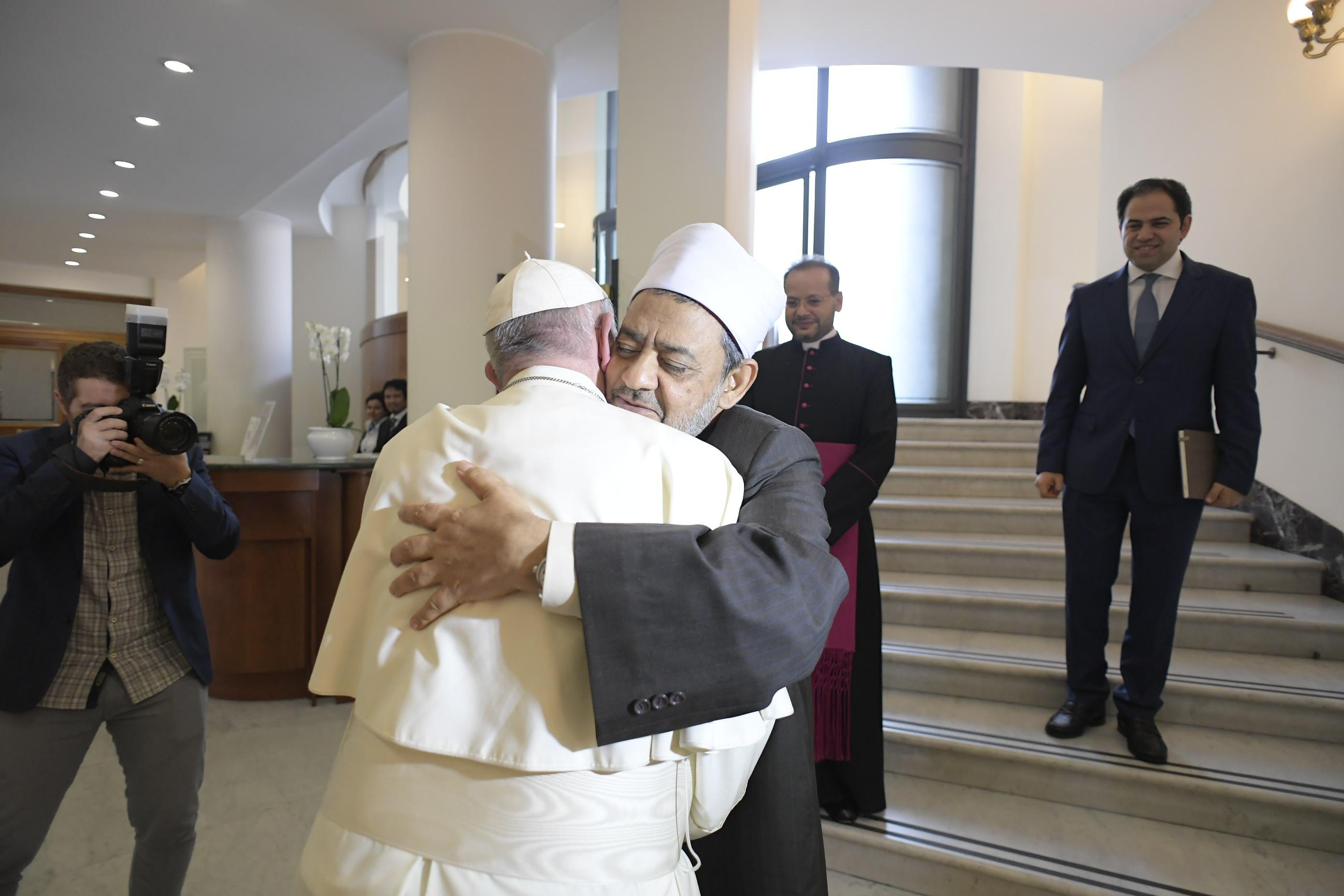 El Papa abraza al imán de Al-Azhar, el Prof. Ahmad Muhammad Al-Tayyib © Vatican Media