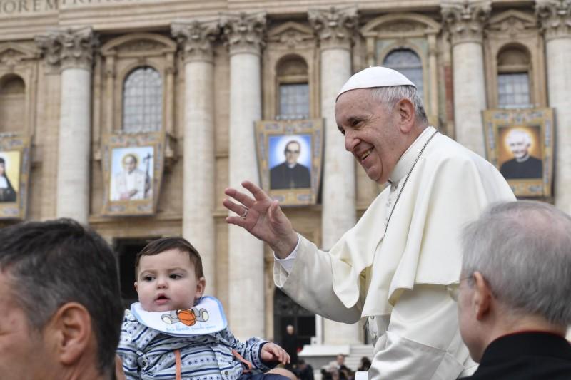 Francisco saluda a los peregrinos ante las imágenes de los nuevos santos © Vatican Media