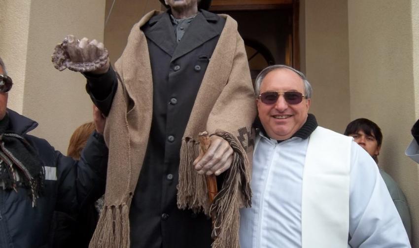 Padre Nannini junto a la imagen del Cura Brochero © AICA