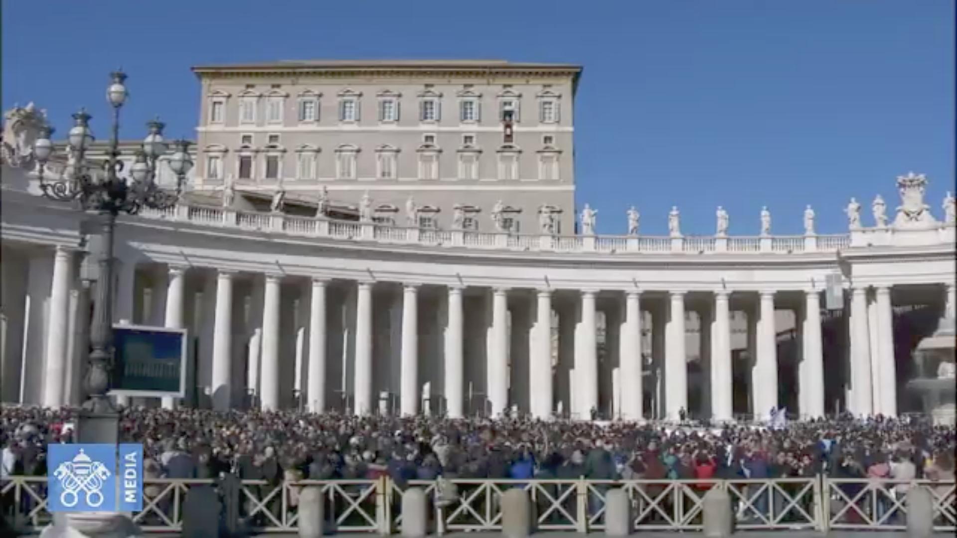Fieles en la Plaza de San Pedro se unen al Papa para rezar el Ángelus. Captura de pantalla