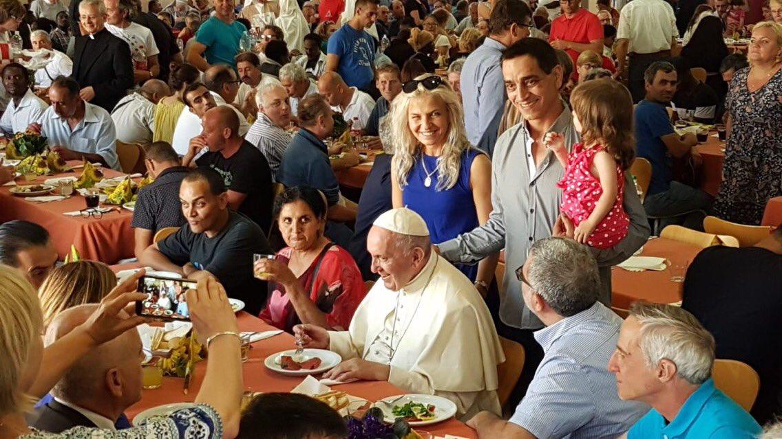 El Papa cenando con los pobres © Adam Trojanek