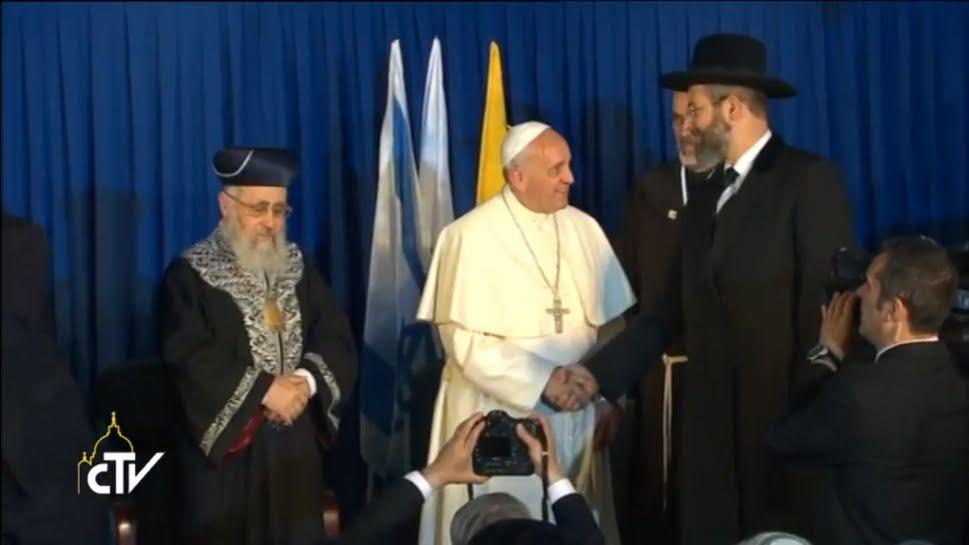 Papa Francisco con dos rabinos © CTV