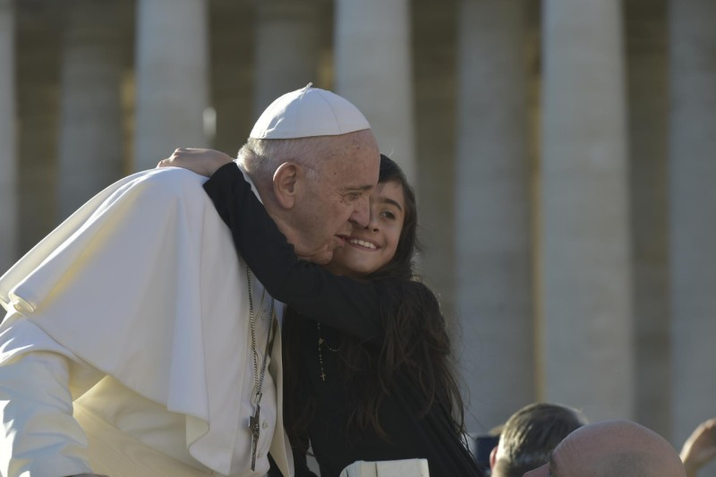 Un niña se abraza al Papa Francisco, 21 nov. 2108 © Vatican Media