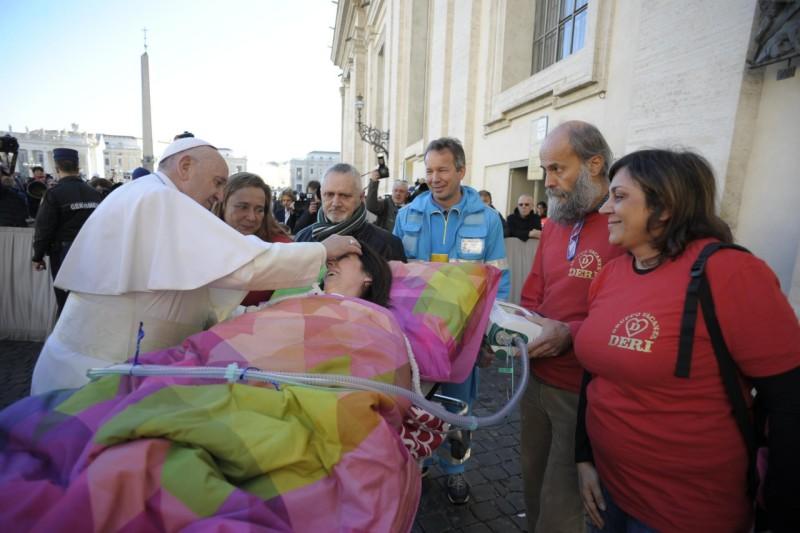 El Papa bendice a una mujer enferma, 21 nov. 2018 © Vatican Media